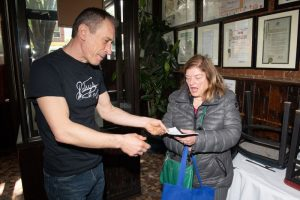Awesome Person of the Week: Waiter Returns Check to Customer Who Didn't Even Tip Him_Bad Yogi